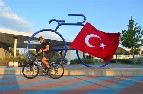 tuerk bayrakli bisikletiyle lueleburgaza geldi