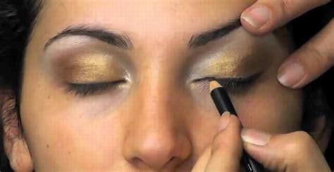 Eyeshadow Emas intip gaya makeup eksotik ala wanita timur tengah