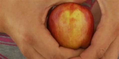 Tempat Bumbu Bentuk Apel wajah yesus muncul di buah apel merdeka