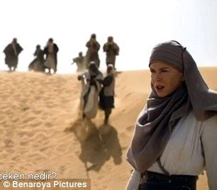 film queen of the desert trailer robert pattinson gets romantic with nicole kidman in queen