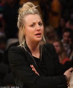 big bang theory penny messy bun kaley cuoco bunches her hair up to watch la lakers lose to