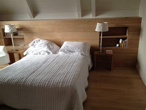 tete de lit bois brut t 234 te de lit ch 234 ne aspect bois brut avec niches et 233 tag 232 res