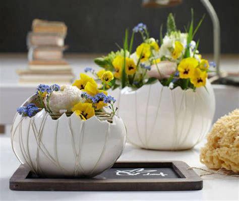 osterdeko fruehlingsblumen im keramikei easter flowers flower decorations  creative