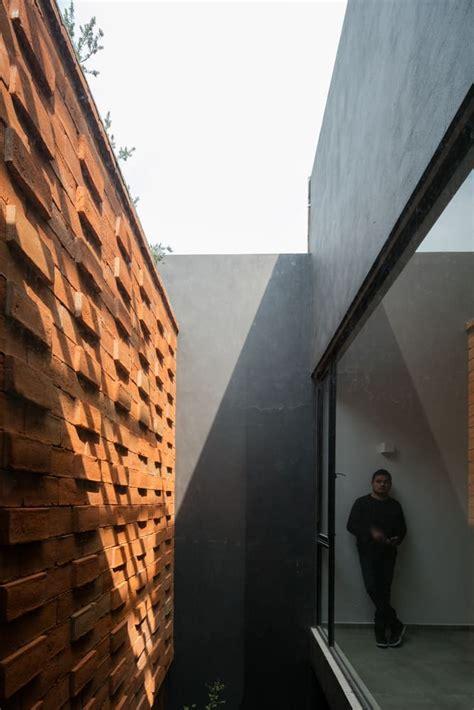 patio interior ladrillo dise 241 o de casa r 250 stica moderna con planos e interiores