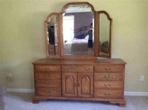 Oak Bedroom Dresser Broyhill Solid Oak Bedroom Dresser With Mirror And End Table New 06443 399