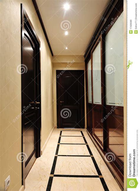garde robe de luxe sur la maison d entr 233 e photo stock
