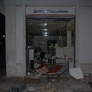 che banca lecce lecce in tre sventrano una banca e trascinano il bancomat