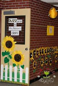 themed classroom decorations buzz on in back to school classroom theme