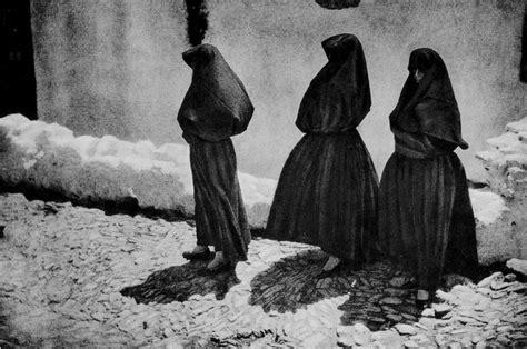 imagenes de luto mujer tres mujeres vestidas de negro y quot tapadas quot de pie y