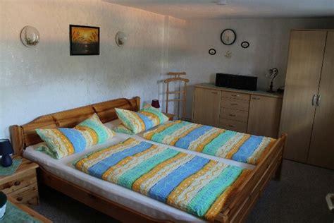 schlafzimmer in brauntönen ferienwohnung in radebeul bei dresden urlaub im sch nen