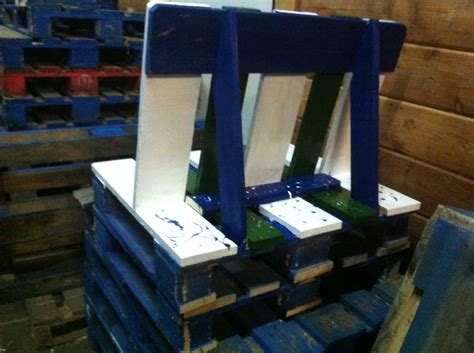 sitzmöbel aus europaletten bauen farbgestaltung wand