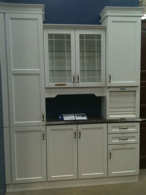 lowes upper kitchen cabinets white kitchen cabinet display at lowe s i like the roll