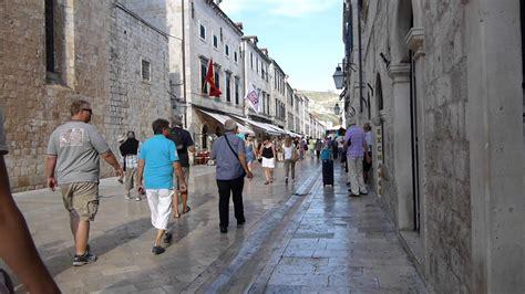 imagenes urbanas con personas 11196 personas caminando por una calle empedrada raw