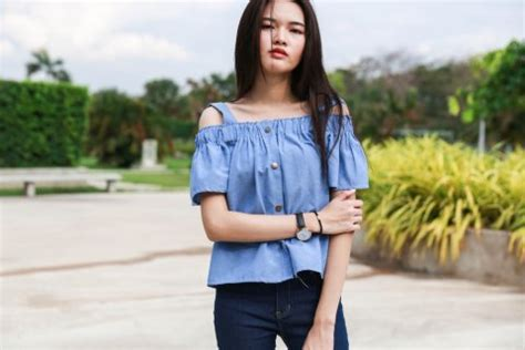 Avery Sabrina Atasan Sabrina makin trendi dan fashionabel dengan 9 kombinasi baju sabrina menarik di tahun 2018