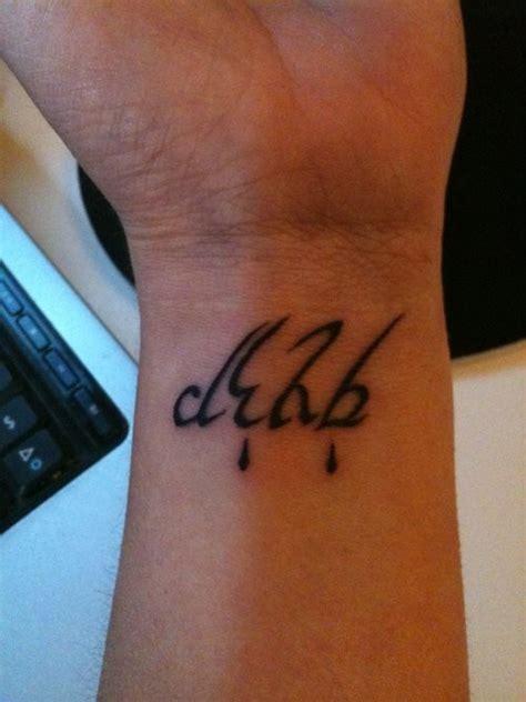 tatuaggi lettere sul polso 54 tatuaggi elfici con numerose lettere e frasi