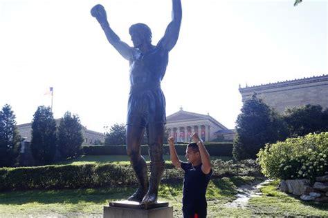 alexis sanchez statue fotos alexis s 225 nchez visit 243 estatua de quot rocky balboa quot en