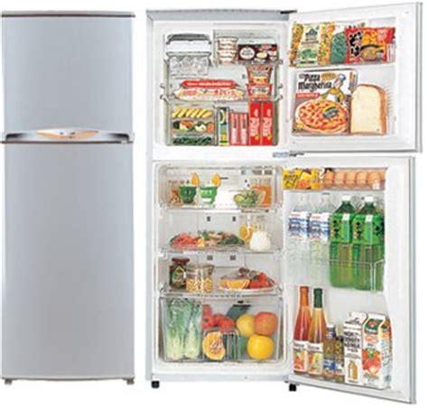 Lemari Es Di house living menata makanan di lemari es