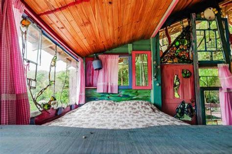 Bricks Dari Bahan Kayu Warna Warni cabana florida rumah pohon dari bahan limbah