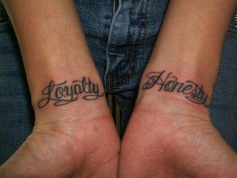 kalligraphisches tattoo mit worten loyalit 228 t und