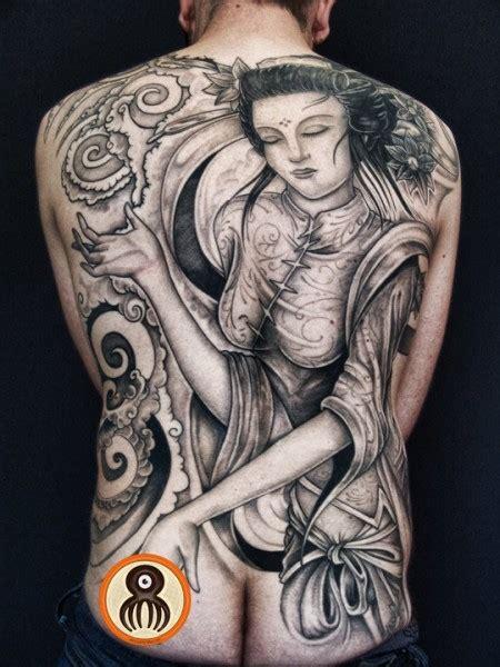 tattoo de geisha en espalda tatuaje de una geisha con algunas nubes