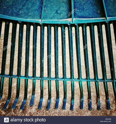 garten rechen englisch rake grass stockfotos rake grass bilder alamy
