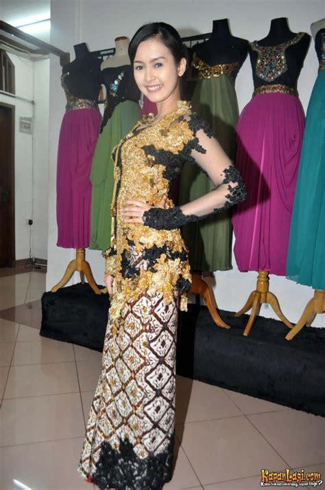 Baju Kebaya Khas Jawa lia ananta tak ditemani calon suami cantik dalam gaun