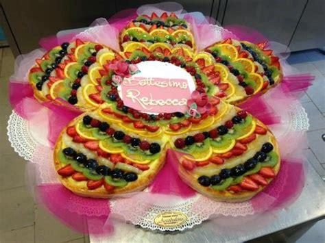 torta a forma di fiore torta di frutta a forma di fiore per battesimo foto di