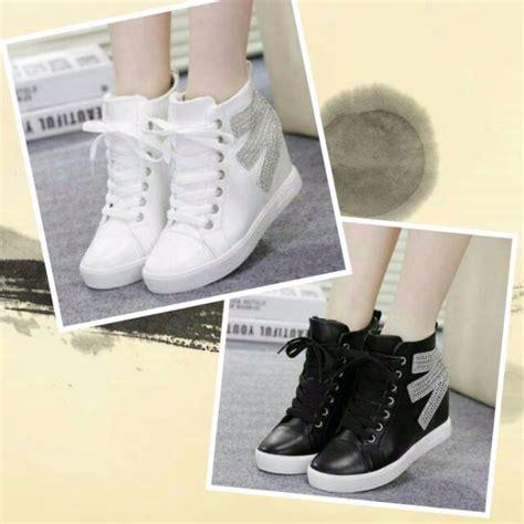 Sepatu Wanita Sepatu Boots Rantai Putih jual sepatu boots e gliiter hitam putih baru sepatu boots wanita berkualitas