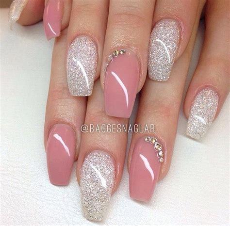imagenes de uñas decoradas ultimos modelos punta cofin en tono nacarado solo indice y anular en rosa