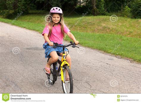 imagenes niños manejando bicicleta ni 241 a que aprende montar una bicicleta foto de archivo
