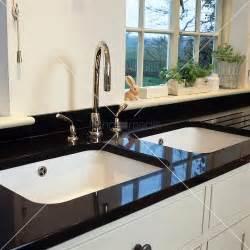 schwarzer granit arbeitsplatte weisses doppelsp 252 lbecken mit modernem wasserhahn in
