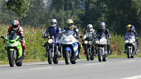 Motorrad Fahren Bei Schnee by Motorradfahren Im Winter Problemfall Reifen Autogazette De