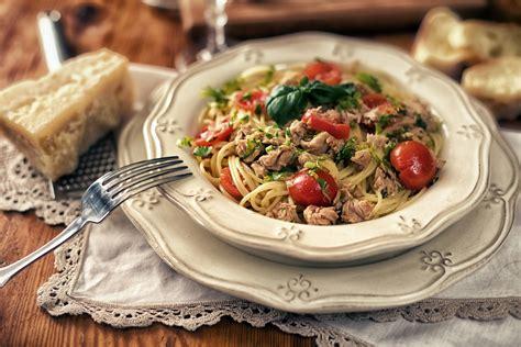 cucinare tonno in scatola spaghetti al tonno in scatola ricetta in bianco o con