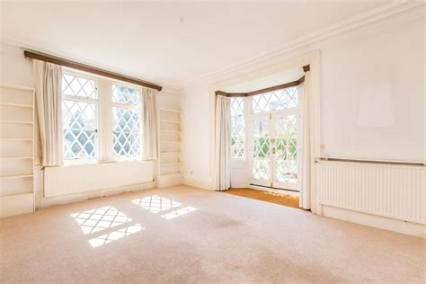 bedroom apartment  sale   westhall close