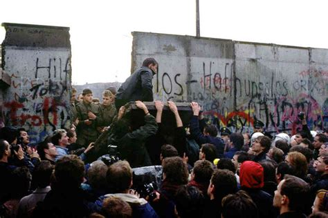 berlin now the rise 0241970830 right here right now the fall of the berlin wall and the unfulfilled promise of world freedom