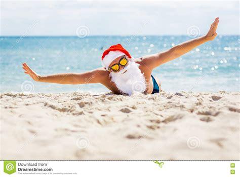 imagenes de santa claus en la playa santa claus bonita en gafas de sol en la playa con vistas