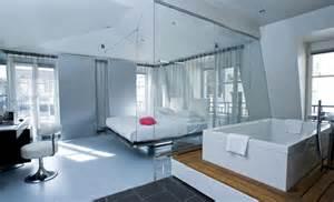 une chambre d hotel avec grande baignoire