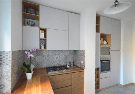 libreria hellas cucina con finestra su soggiorno con okap mobili su misura