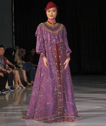 desain gamis dari kain batik batik minangkabau di tangan desainer dari ade listiani