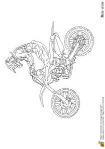 coloriage dessin illustrant pilote debout sur son moto cross coloriages motos