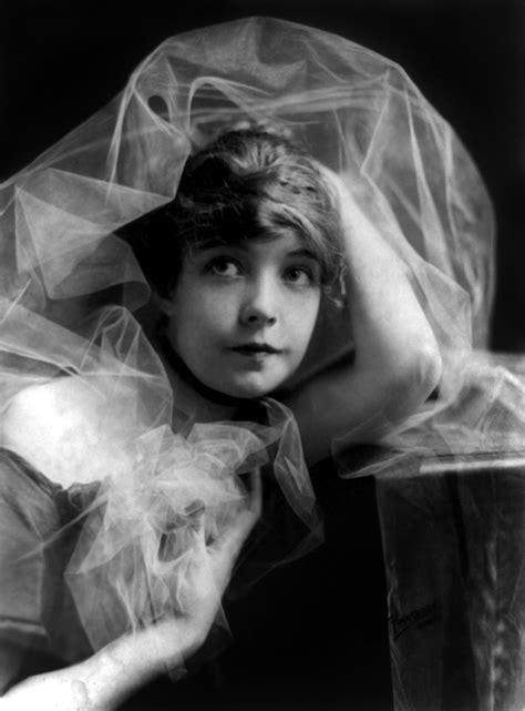 lade anni 20 vintage ephemera lillian gish posed c 1915