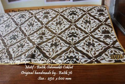 Sepatu Batik Coklat 3 wrapping paper kertas pembungkus kado motif batik