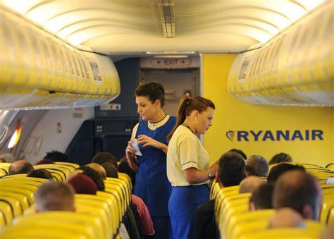 cabin crew ryanair ryanair est 225 a contratar em portugal conex 227 o lus 243 fona