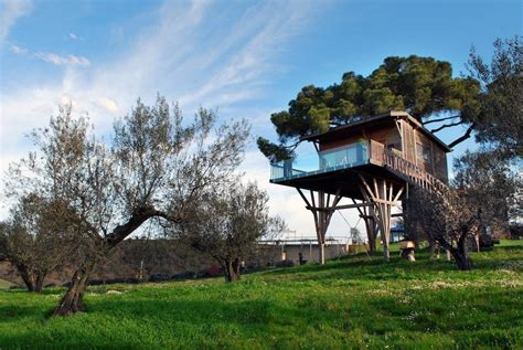 la piantata black cabin tree house hotel in italy la piantata black cabin