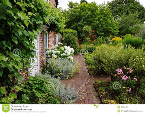 Traditional Cottage Garden Flowers Traditional Cottage And Garden Stock Image Image Of Travel Quaint 20334121