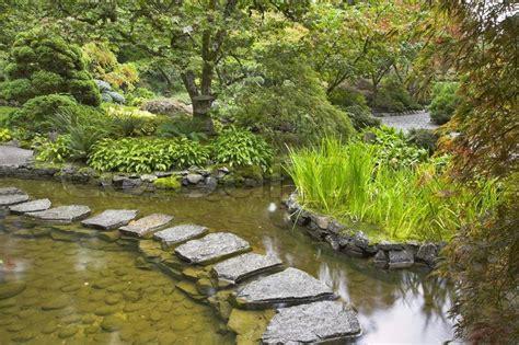 Löcher Im Rasen 4541 en sti fra de v 229 de sten lagde gennem en dam i japansk