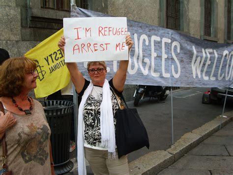 pressenza protesta davanti al consolato ungherese a