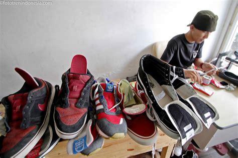 Toko Sepatu Dc Di Yogyakarta pekerja mengelem sepatu yang kotor di toko shoes care