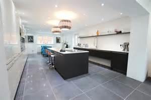 Superbe Peinture Carrelage Cuisine Plan De Travail #2: facade-cuisine-et-%C3%AElot-de-cuisine-gris-anthracite-couleur-peinture-mur-blanche-plan-de-travail-blanc-carrelage-gris.jpg