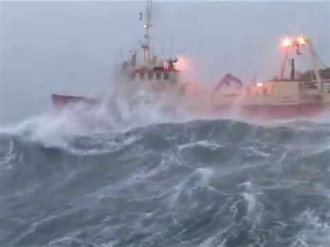 imagenes de barcos en tempestades barco en alta mar youtube